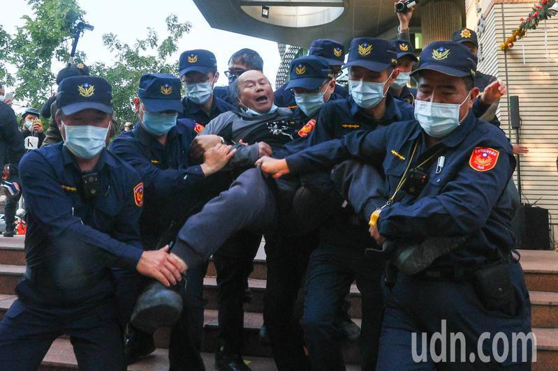 黎明幼兒園長林金連到場聲援,遭8名員警抬離現場。記者黃仲裕/攝影