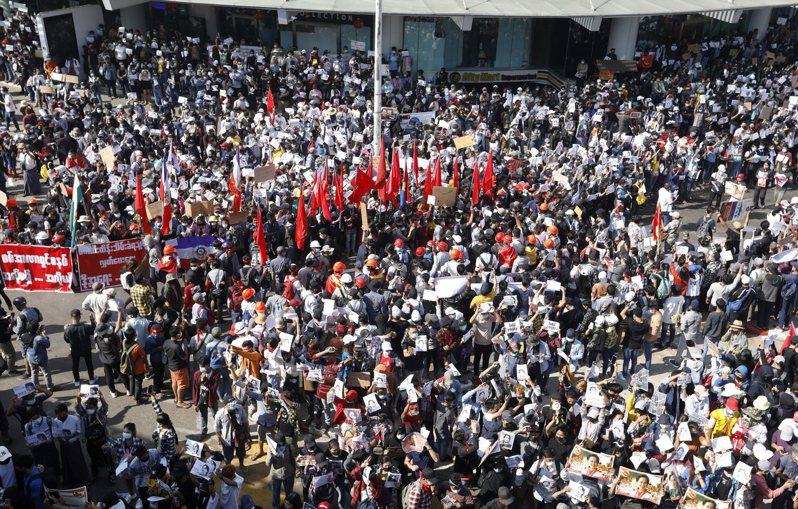 大批群众9日在仰光抗议政变。(欧新社)(photo:UDN)
