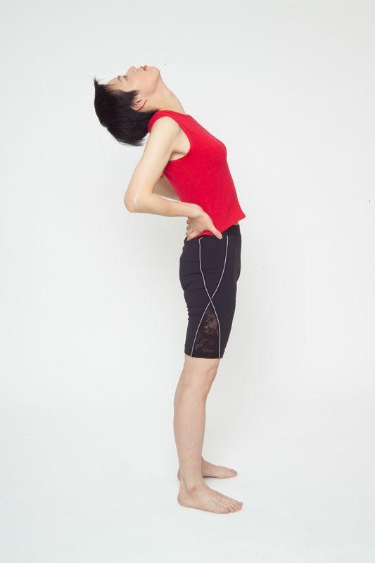腰部肌肉舒緩運動動作2。圖/台安醫院復健科主任鍾佩珍 動作示範/李詠詩醫師