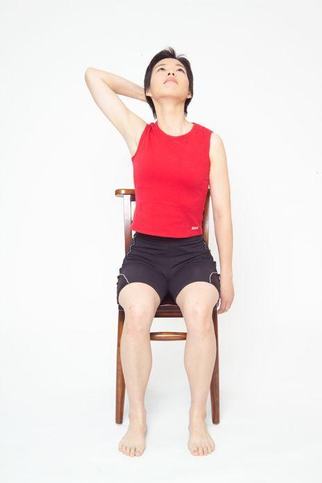 頸部肌肉舒緩運動動作2。圖/台安醫院復健科主任鍾佩珍提供 動作示範/李詠詩醫師