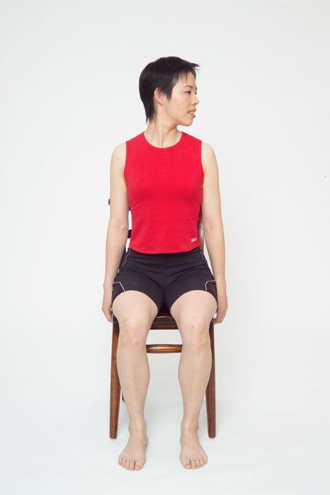 頸部肌肉舒緩運動動作3。圖/台安醫院復健科主任鍾佩珍提供 動作示範/李詠詩醫師