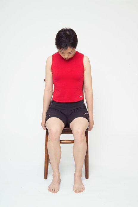 頸部肌肉舒緩運動動作1。圖/台安醫院復健科主任鍾佩珍提供 動作示範/李詠詩醫師