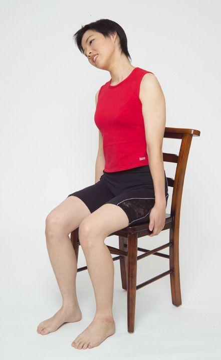 頸部肌肉舒緩運動動作4。圖/台安醫院復健科主任鍾佩珍提供 動作示範/李詠詩醫師