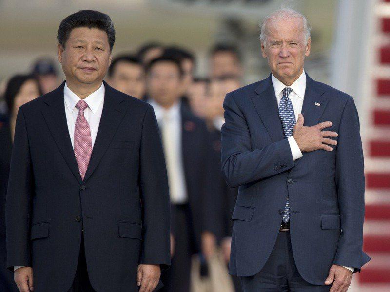 美國總統拜登(右)7日說,即使中國大陸國家主席習近平(左)「骨子裡沒有民主」,兩國之間仍可避免衝突。美聯社