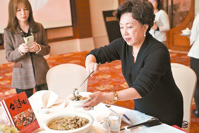 黃婉玲以歷史脈絡、親身經驗、詳細食譜交織成新書「台菜本味」。記者沈佩臻/攝影