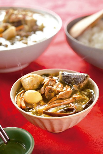 菜尾湯靠掌廚者調和7道主菜,以不同比例放進鍋中,相當考驗功力。圖/寫樂文化提供