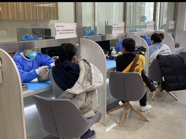 大陸民眾依次排隊施打疫苗。記者陳言喬/攝影