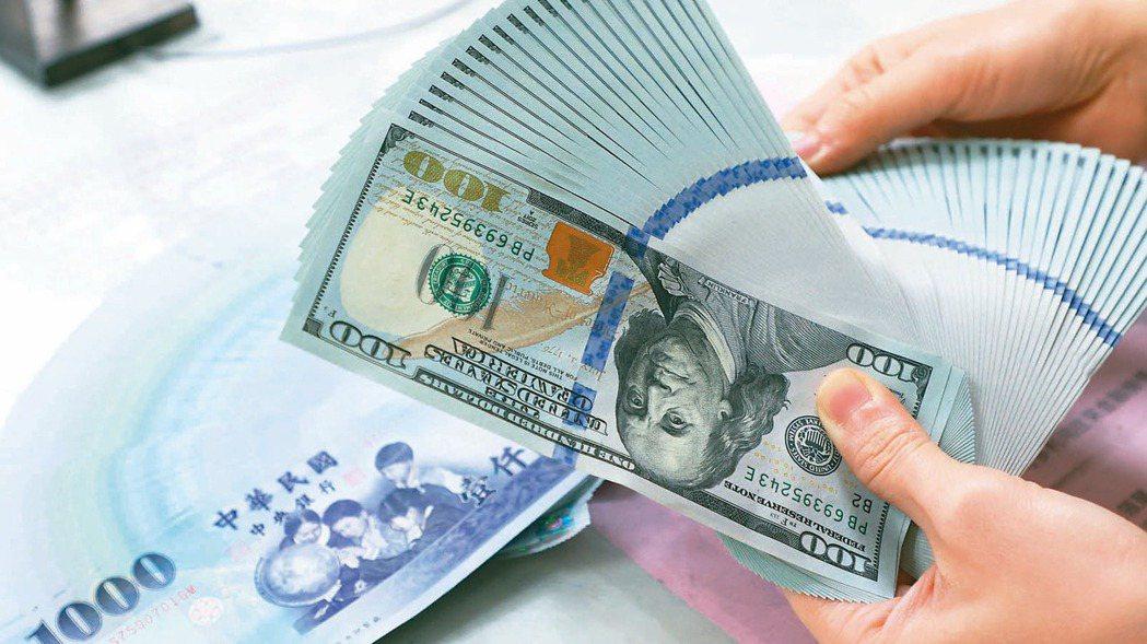 新台幣持續強升,壽險業匯兌成本高漲。(本報系資料庫)
