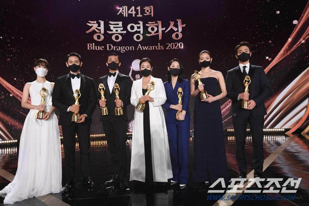 青龍獎重要獎項得主合照時皆戴上口罩防疫。圖/摘自朝鮮體育