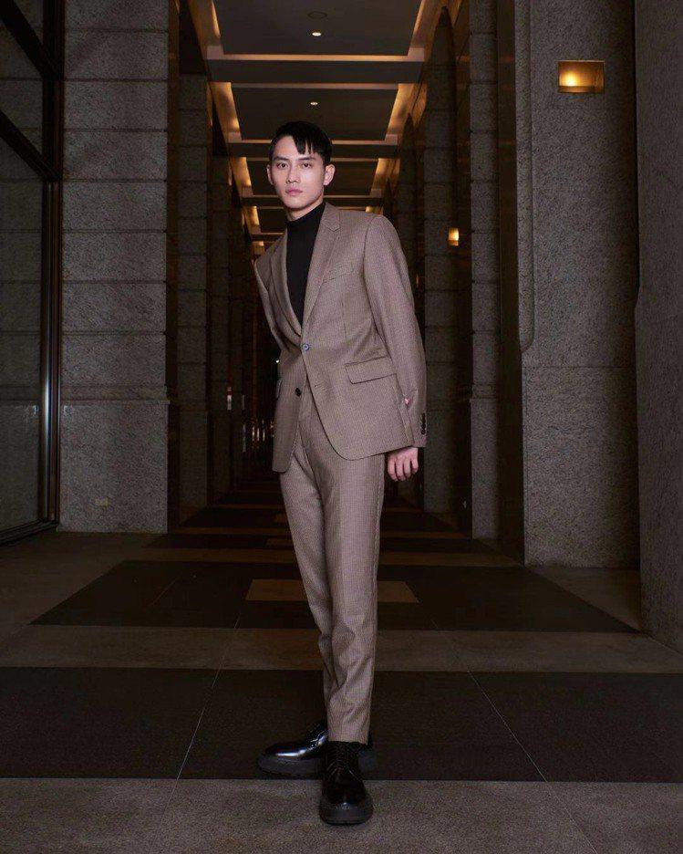 范少勳示範Sandro Homme木星棕米白色格紋西裝套裝。圖/Sandro提供...