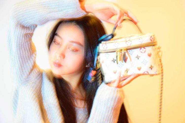 木村光希選用路易威登Vanity系列手袋,照片同樣來自姐姐木村心美的攝影大作。圖...