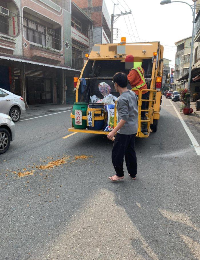 網友提醒如果看垃圾車要開始壓縮,一定要退避一下,不然下場有可能會像這樣。圖擷自「爆廢公社二館」