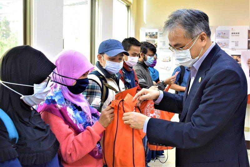 朝陽科大校長鄭道明發送福袋給境外生,不忘提醒春節防疫。 朝陽科大/提供