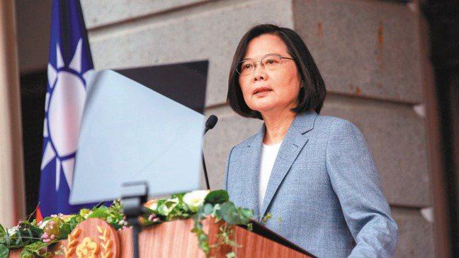 因應防疫需要,台北國際書展改為線上舉辦。蔡英文總統秀出新年購書清單,順勢推薦了1...