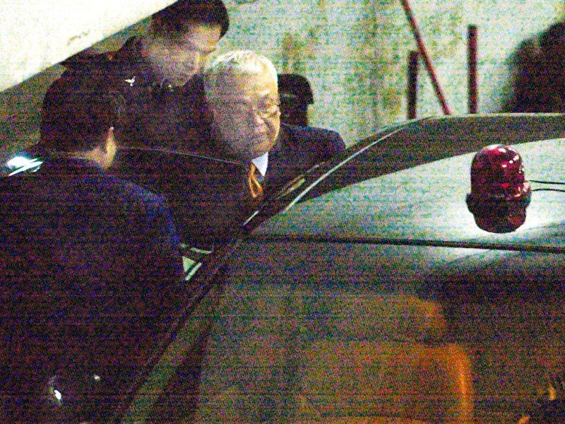 2003年02月10日,劉泰英聲押案經過近11小時的開庭及評議,法官裁定收押,劉泰英在法警戒護下上車,前往土城台北看守所。圖/聯合報系資料照片