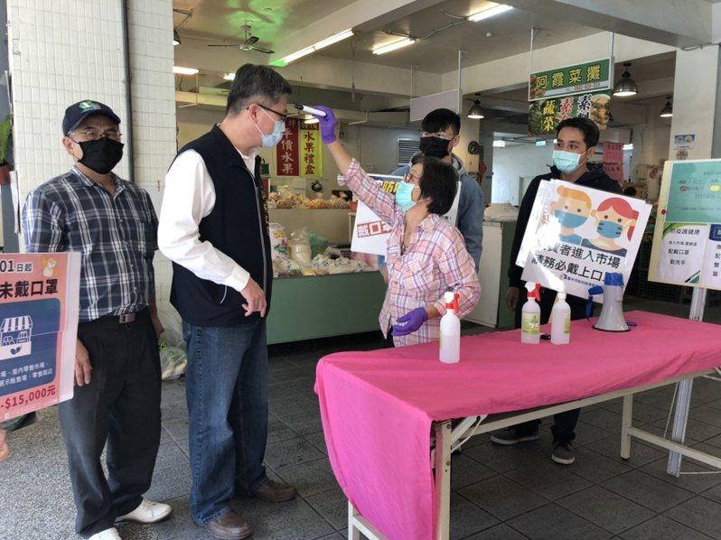 進入市場採買需全面佩戴口罩。圖/台中市府經發局提供