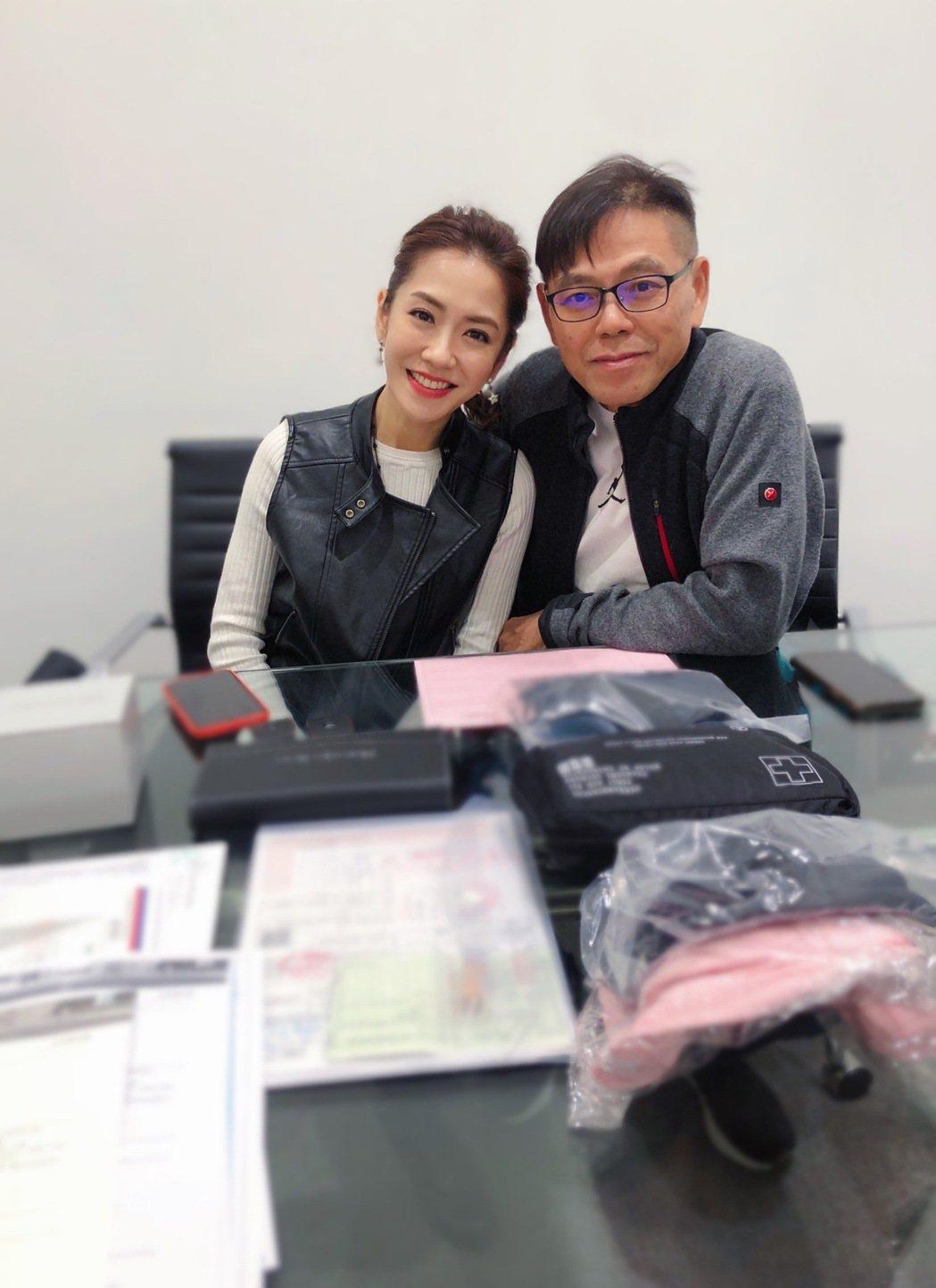 楊千霈(左)送爸爸百萬名車。圖/經紀人提供
