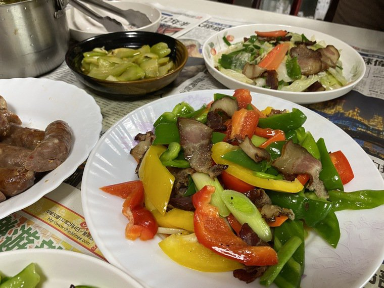 門諾醫院營養師陳淑珠估算,年夜飯額外攝取的熱量,可能是平常1餐熱量的2至3倍,想...