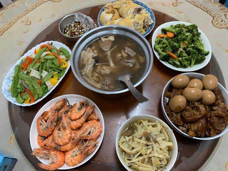 門諾醫院營養師建議,年夜飯盡量以蒸、煮、烤、滷,取代煎、炸、勾芡、糖醋等料理方式...
