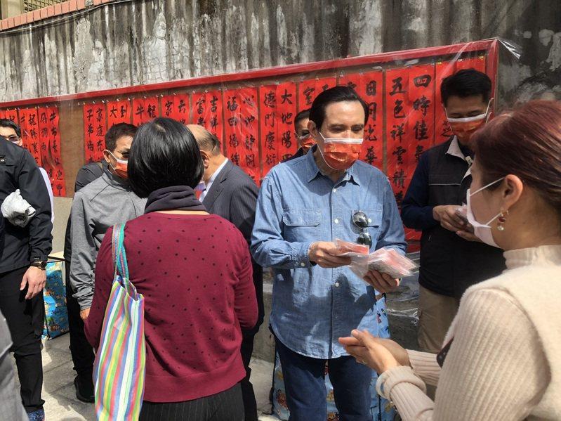 前總統馬英九發放自己寫的春聯和印有「福」字的紅色口罩。記者鍾維軒/攝影