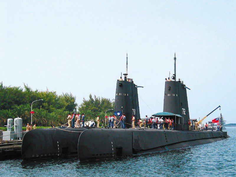 中科院慧龍案原先對外宣傳將製造100噸無人潛艦,但造船廠根據設計規格推估,中科院想研發的應是200噸小型載人潛艦,圖為海軍茄比級潛艦。圖/聯合報系資料照片