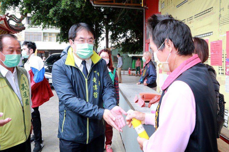 今天小年夜,台南市長展開宮廟參拜之旅,今年因防疫考量沒有發放紅包。圖/市府提供