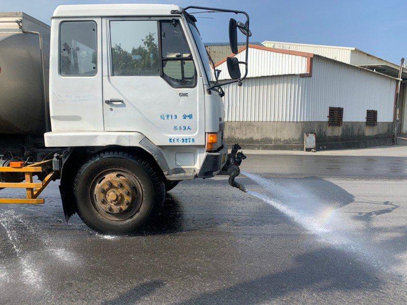 高雄市環保局加強春節期間道路清洗,減少揚塵。圖/高雄市環保局提供