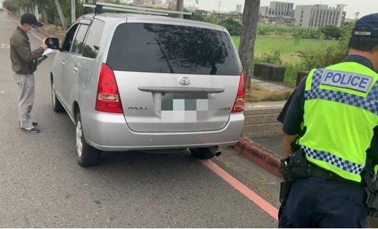 嘉義區監理所去年會同縣警局交通隊在高鐵嘉義站稽查,攔獲1輛白牌車。記者魯永明/翻攝