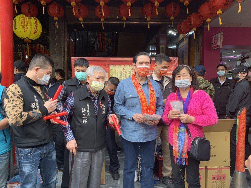 馬英九今日下午至板橋慈惠宮發口罩,吸引上百人排隊領取,現場氣氛熱鬧。記者張睿廷/攝影