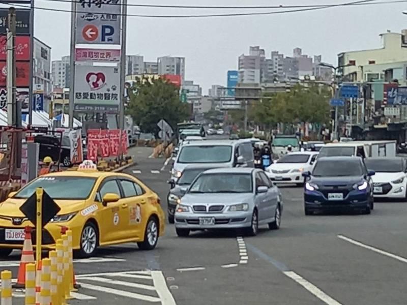 國道一號中山高速公路台南仁德交流道,下午過後南下路段出現返鄉車潮。記者黃宣翰/攝影