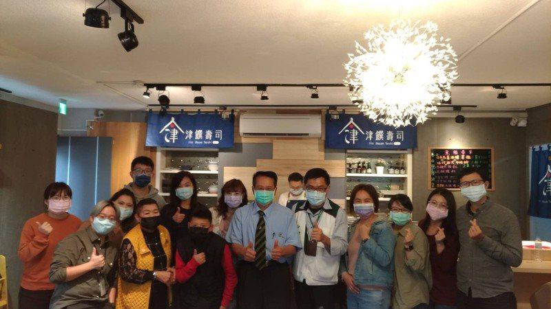 台南市議員蔡旺詮今天與15年來認養的家扶弱勢孩子一起小年夜圍爐。圖/蔡旺詮提供