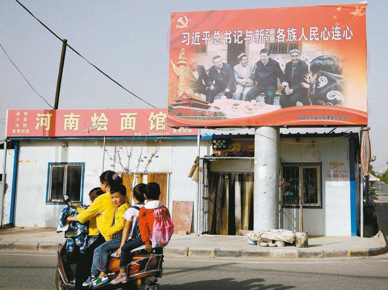 美國認定中國正對維吾爾族人進行種族滅絕。不過,針對指控中的絕育措施,中研院近史所副研究員吳啟訥說,維吾爾人口沒有減少還大幅增長。美聯社