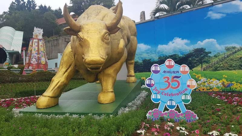 長達5.8米的超大金牛,現身劍湖山石竹花主題區,象徵壯盛美好。劍湖山世界提供