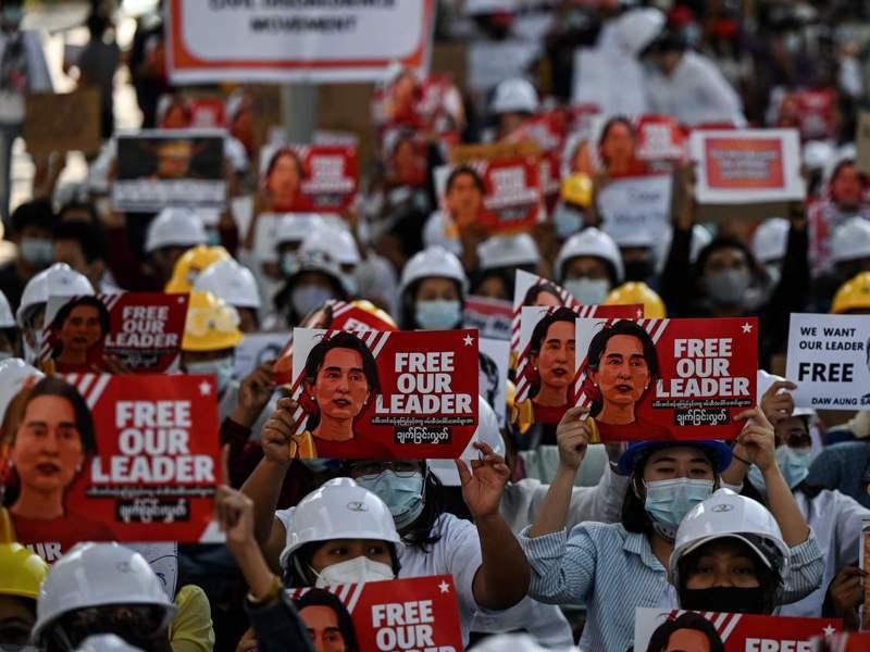 緬甸仰光的示威者10日高舉翁山蘇姬的看板要求軍方放人。 法新社