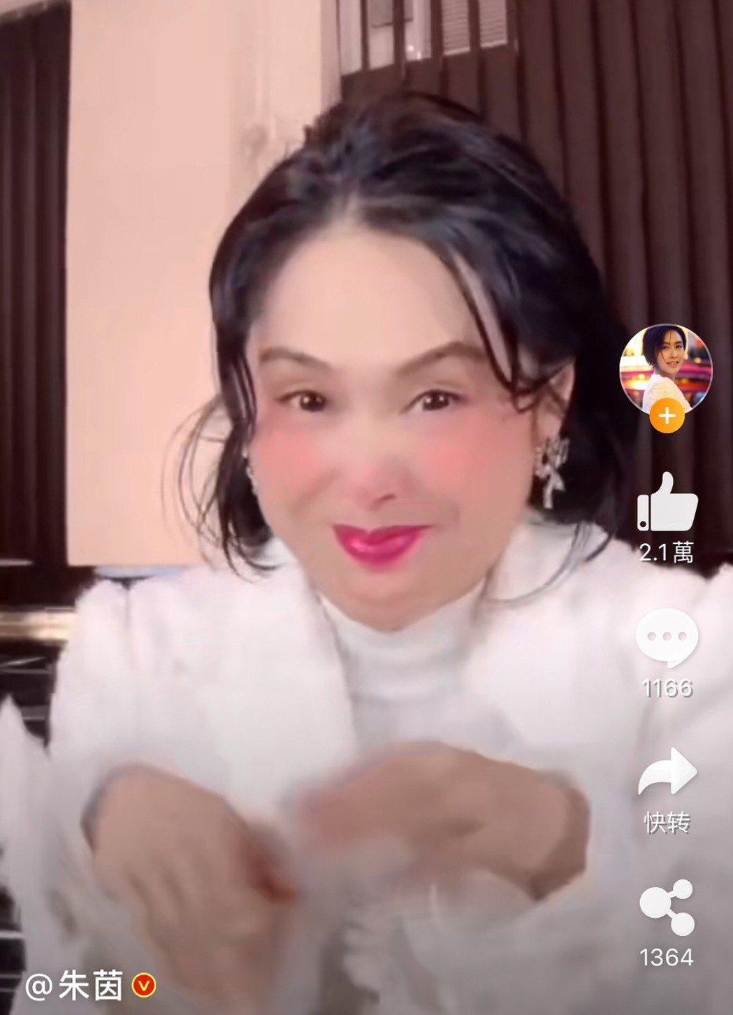 港星朱茵在微博自曝胖了200斤。圖/摘自微博
