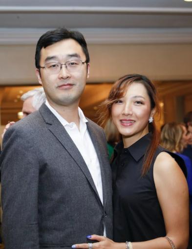赵鹏和妻子cherry chen,生活低调,曾在去年疫情严重时,捐赠社区一百万个口罩。(新浪微博照片)(photo:UDN)