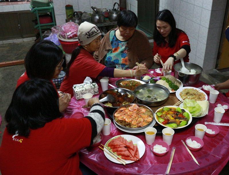 伊甸基金會每年舉辦「愛.圍爐」活動,陪伴與關懷行動不便的長者或身心障礙朋友,一起團圓吃飯。圖╱伊甸基金會提供