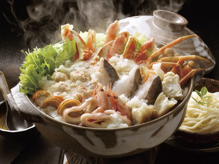 除夕年夜飯圍爐吃火鍋,自由搭配食材與份量,吃火鍋也可以吃得美味、吃出健康。圖/1...