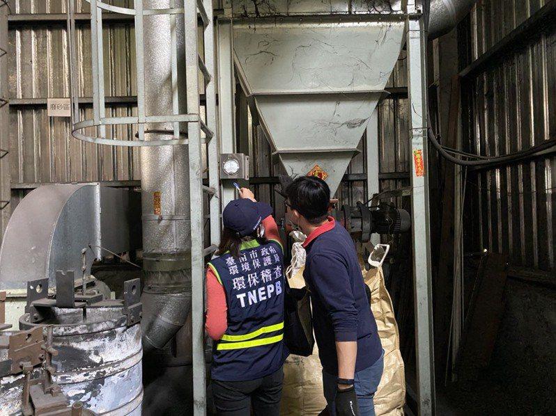 為改善空汙,台南市環保局在春節期間隨時有人員排班因應,管制汙染源。圖/台南市環保局提供