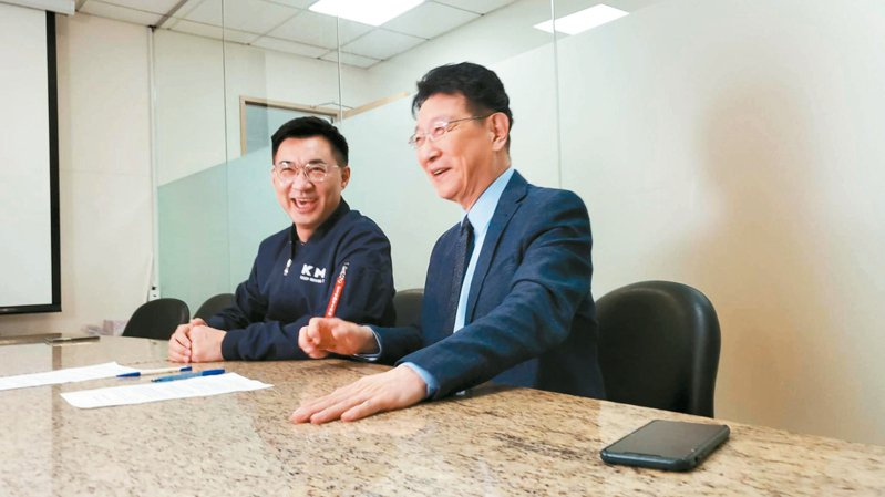 國民黨主席江啟臣(左)、中廣董事長趙少康(右)。圖/國民黨提供