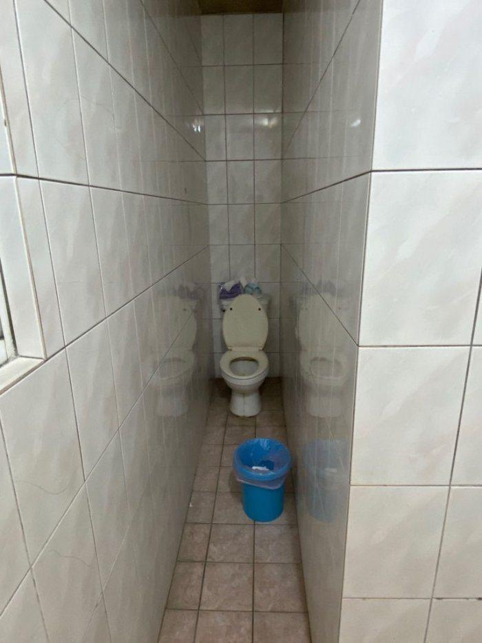 原PO租屋處的廁所兩側被牆面包圍,走道僅容一人通過,相當狹窄。圖擷自Dcard