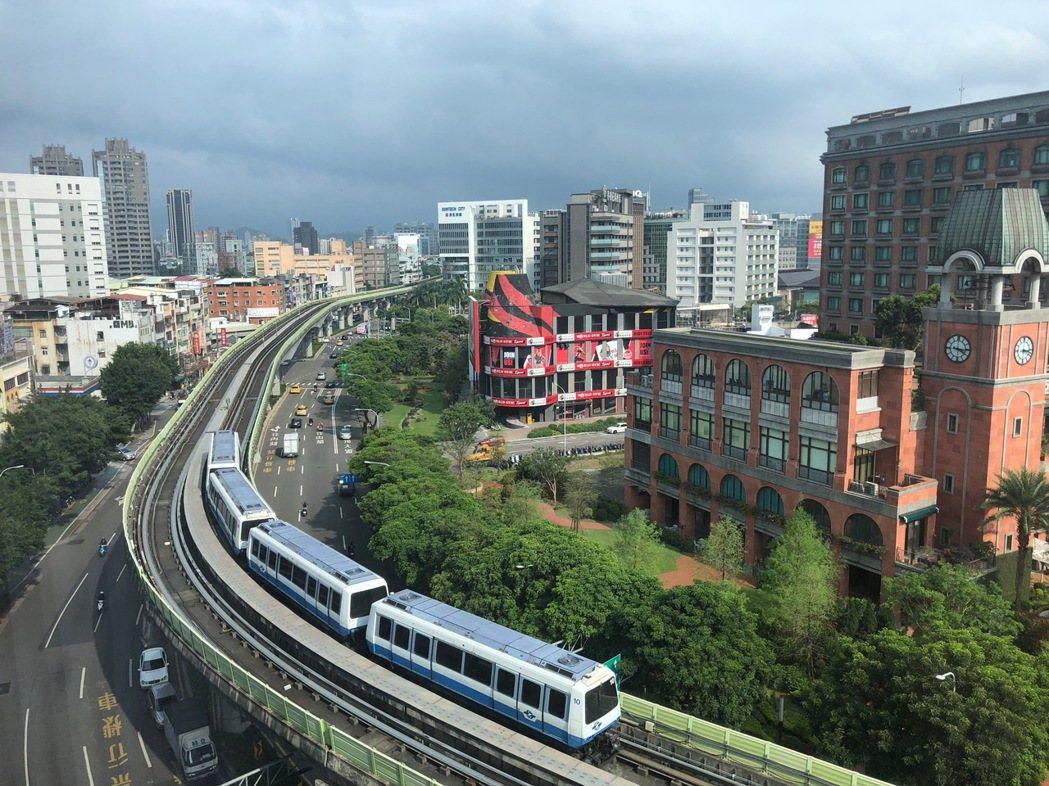 跟著捷運買屋,以「近捷運、屋齡新、大樓多、總價低」的購屋需求是小資族的四大重點。...