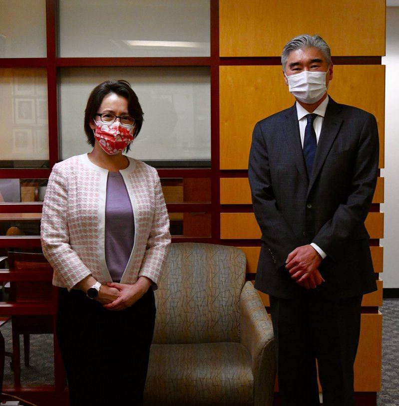 美國國務院東亞局10日下午在推特公布,主管東亞與太平洋地區事務的代理助卿金星(Sung Kim)與蕭美琴會面的照片;兩人合照的背景玻璃上,反光出拍攝地點有一面照片牆,上頭是歷任亞太助卿的照片,顯示這是在國務院內助卿與副助卿辦公室外的會客接待處。取自東亞局推特