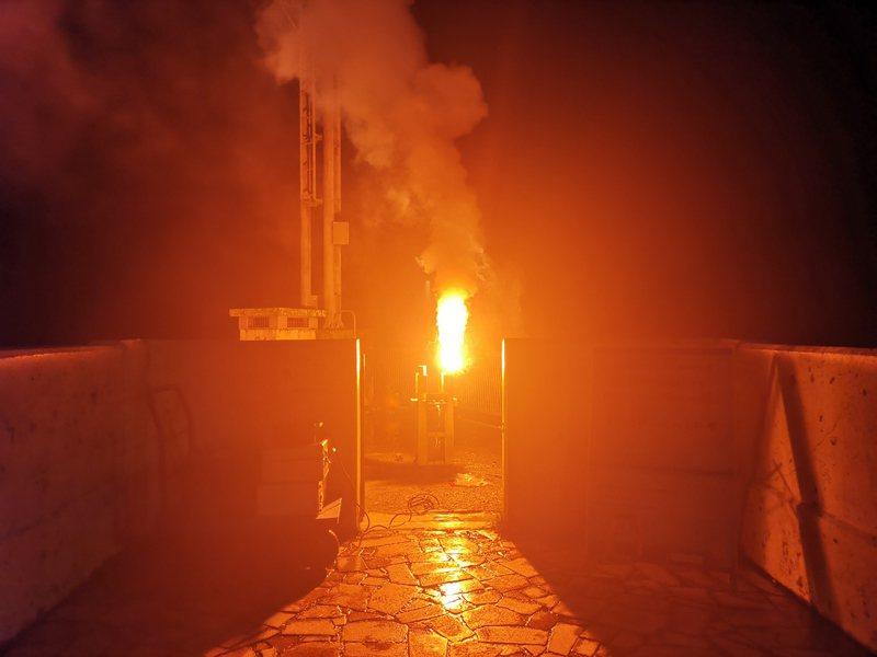 石門、寶二水庫今天凌晨各燃放2支焰劑實施人工增雨作業。圖/北水局提供