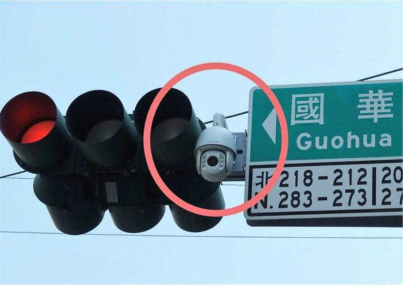 中山路段科技執法取締並排停車、紅黃線違停、占用公車停靠處等違規,近8成都來自外縣市。本報資料照片