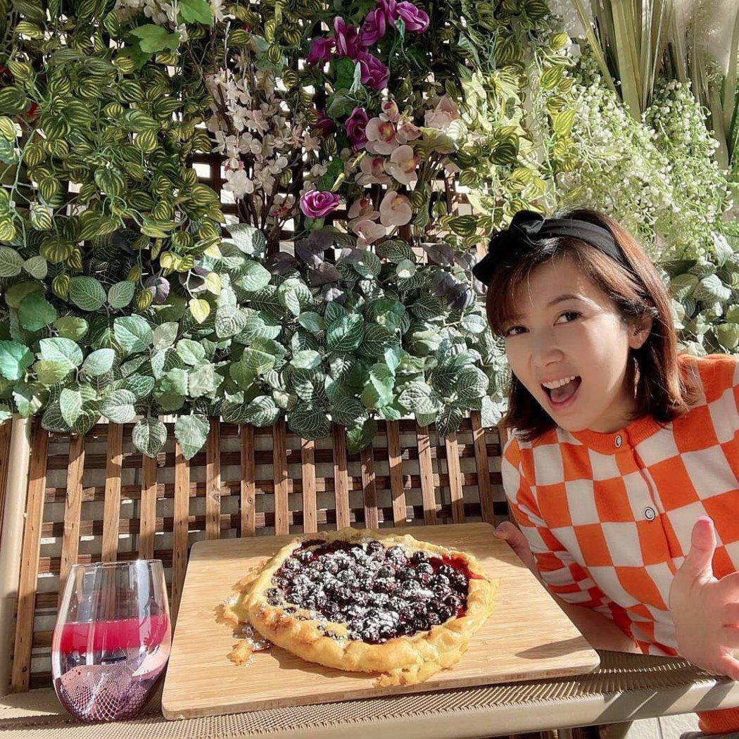 廖家儀自認做大菜使不上力,親手料理藍莓派「吃甜甜過好年」。圖/廖家儀提供