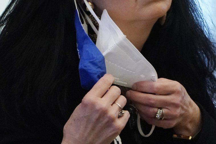 雖然多戴一層口罩可以多一點阻隔的機會,但其實合格的醫療口罩本來就有兩層,一層防生...
