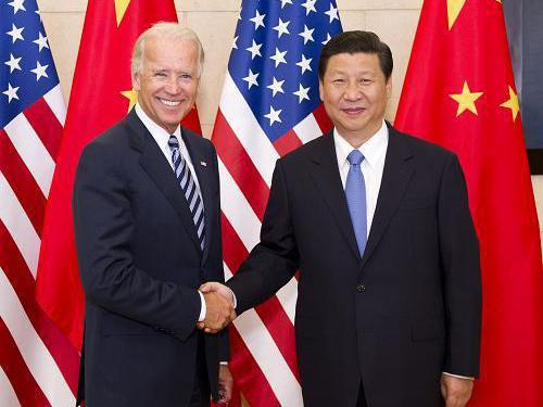 美國總統拜登(左)與中國國家主席習近平(右)10日晚間進行首次通話。圖為拜登2011年8月副總統任內時到訪北京。 新華社
