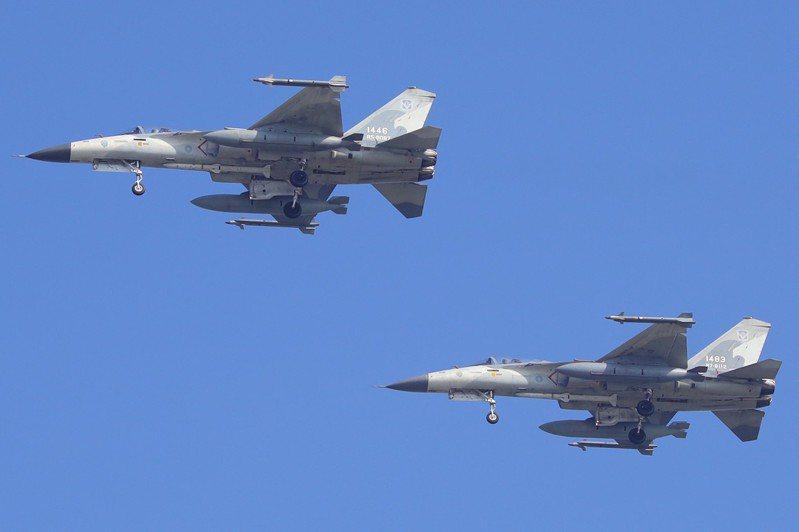 中共軍機中午12時34分進入我西南空域ADIZ(防空識別區),我方派遣空中巡邏兵力應對、廣播驅離和防空飛彈追監應對。圖/取自「台灣西南空域」臉書粉絲專頁