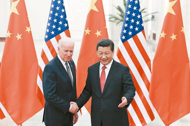 美國總統拜登(左)十日晚間進行就任後與中國國家主席習近平(右)的首度通話。圖為二○一三年拜登還是副總統時訪問北京,與當時已是國家主席的習近平合影。(美聯社)